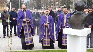 U porti Hrama Rođenja Presvete Bogorodice u Doboju danas je služen parastos za najmlađeg borca Vojske Republike Srpske /VRS/ Spomenka Gostića, koji je poginuo na današnji dan prije 25 godine.