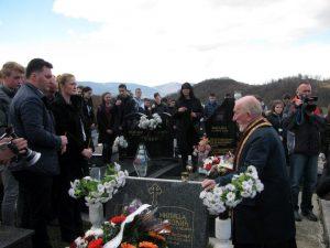Ученици основних школа са подручја Источног Новог Сарајева и Источне Илиџе присуствовали су данас на гробљу у Миљевићима помену за дјевојчице Милицу Лаловић и Наташу Учур које су убијене снајперским хицима у сарајевском насељу Грбавица 1995. године.