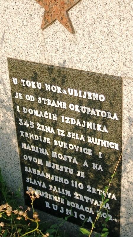 Спомен-плоча испред школе у Рујници. Четири села са плоче налазе се у низу, у општини Цазин