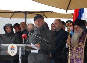 Пјесник Матија Бећковић у Старом Броду код Вишеграда гдје се обиљежава 76 година од усташког покоља 6.000 Срба из источног дијела БиХ.