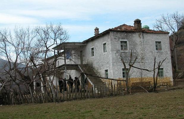Злогласна Жута кућа на северу Албаније