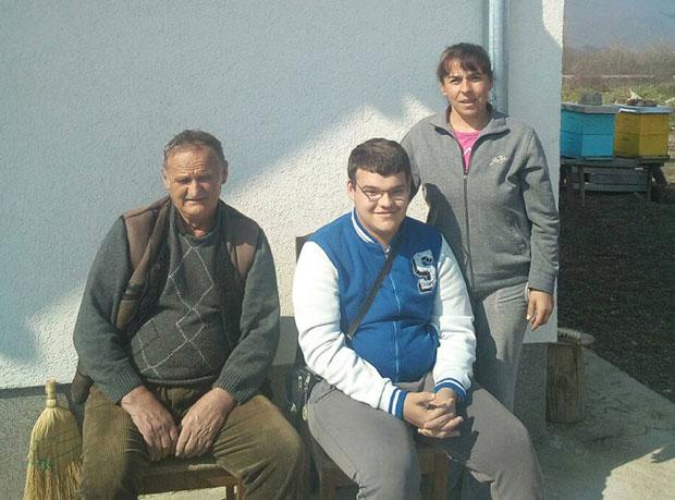 Благоје Зувић са снахом Наташом и унуком Младеном