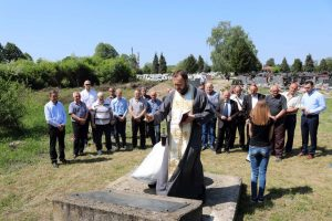U Brodu je danas na gradskom groblju služen pomen za 88 žrtava rata boraca i civila čija su tijela ekshumirana iz masovne grobnice otkrivene nakon oslobođenja ove opštine u proteklom odbrambeno-otadžbinskom ratu.