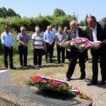Делегација Републичке организације породица заробљених и погинулих бораца несталих цивила положила вијенац испред спомен-плоче на градском гробљу.