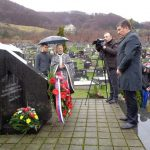 Мркоњић Граду данас су обиљежене 22 године од отварања масовне гробнице из које су ексхумирани посмртни остаци 181 српског борца и цивила, који су убијени у нападу Хрватске војске, такозване Армије БиХ и Хрватског вијећа одбране /ХВО/ на ову западнокрајишку општину.