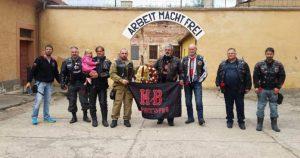 Наш сарадник Роки Рогошић ( у средини, у црној јакни) са својим пријатељима из Ноћних вукова