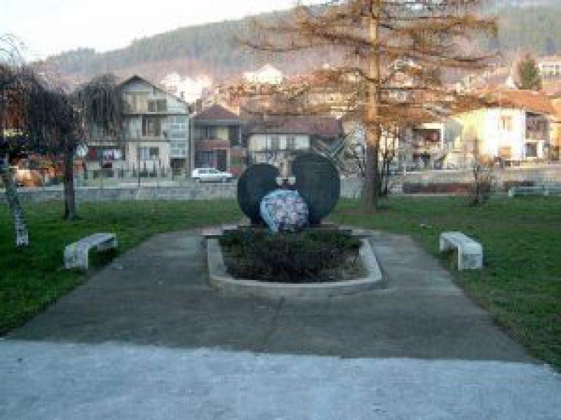 Споменик у Сурдулици; фото: Врањска Плус