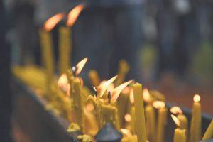 Свеће у Доњој Градини (Фото: Танјуг)