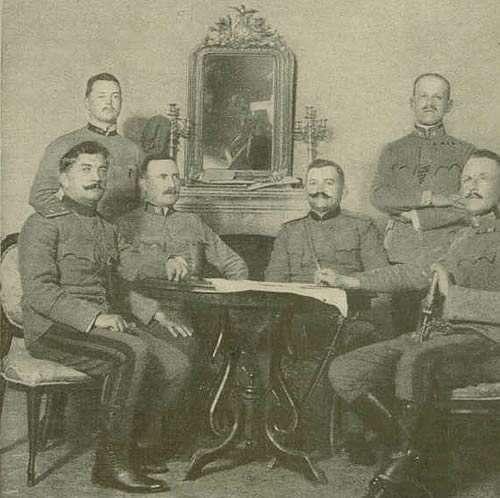 Потписивање одредби о полагању оружја, Цетиње 25. јануара 1916. године: Сједе (с лијева на десно) бригадир Бећир, др Праунсбергер, командир Ломпар, генерал Вебер, стоје К. унд К. мајори Шупич и Хубка