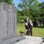 Високи представник Валентин Инцко у Брадини је припалио свијеће на споменик Србима убијеним у овом мјесту у мају 1992. године