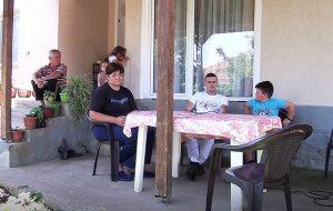 Породица Матовић испред своје куће