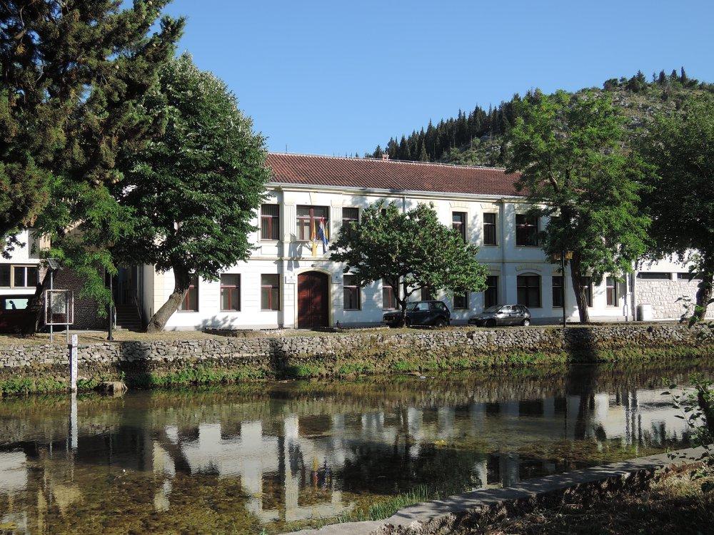 Зграда општине, а некада Среза у Стоцу. У НДХ сједиште усташког апарата са затвором за Србе