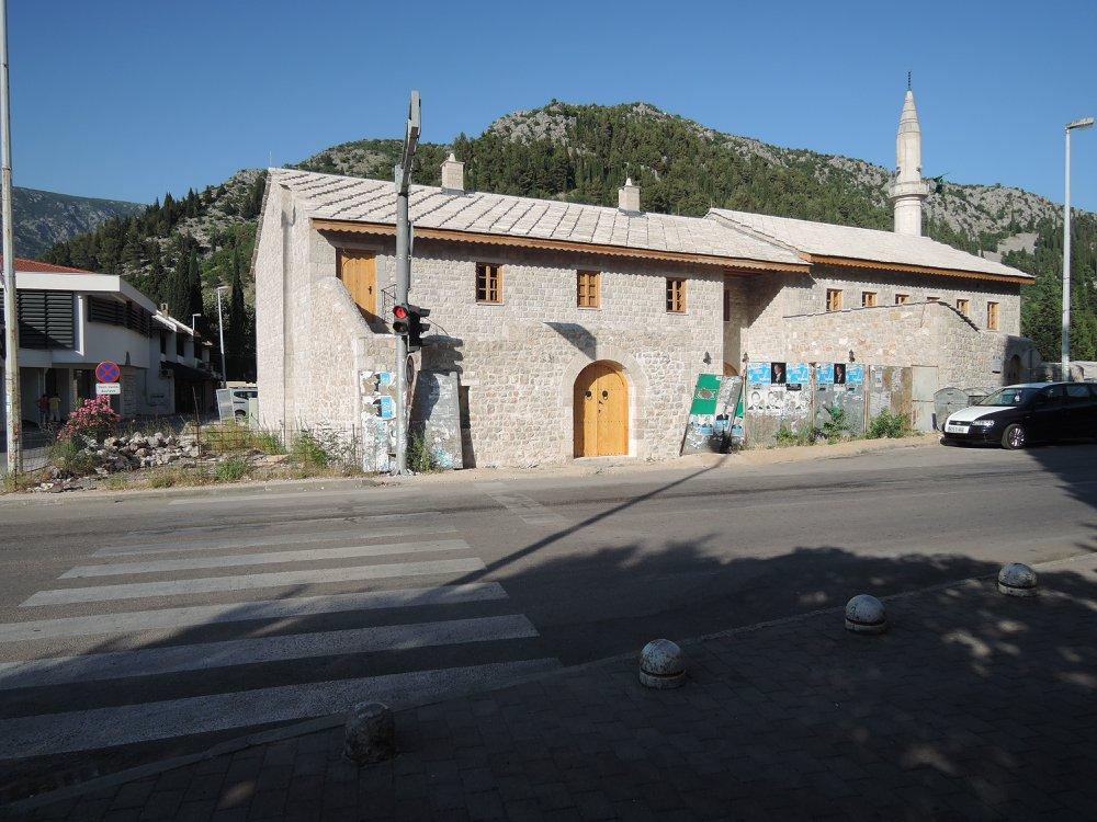 Зграда недашњег усташког логора у Стоцу, са завором – мучилиштем за Србе