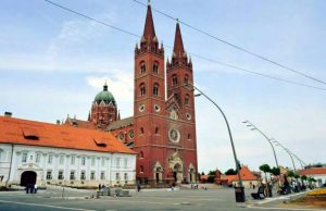 Црква жупе Свих светих у центру Ђакова и аутор књиге Игор Вукић