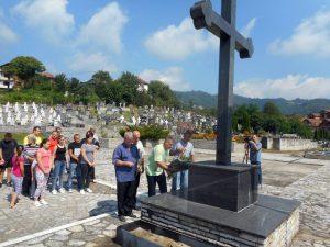 У Братунцу је данас прислуживањем свијећа за покој душа настрадалих и полагањем цвијећа уз централни спомен-крст на градском гробљу обиљежено 26 година од страдања 14 српских цивила у братуначком селу Загони.