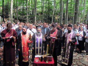 Kod Šaranove jame na Velebitu danas je služen pomen za više od 40.000 Srba i Jevreja koji su ubijeni u kompleksu ustaških logora smrti Gospić-Jadovno-Pag za vrijeme Nezavnisne Države Hrvatske /NDH/, te osveštan Časni krst.