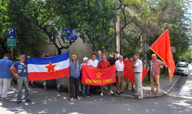 Противници рехабилитације окупљени испред Вишег суда Фото И. Маринковић