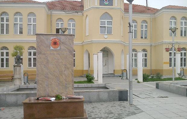 Провокација: Споменик терористима ОВБПМ у Прешеву, премештен у двориште џамије  ФотоЈ. С.