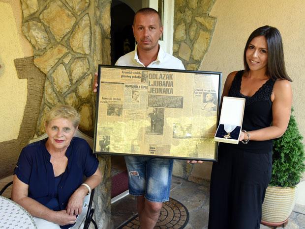 Злата, Срђан и Стевана са исечцима из новина и орденом Фото Д. Миловановић