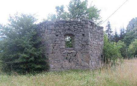 Црква Св. Николе (1778.) у Комићу. Запаљена од стране усташа и срушена послиjе рата.