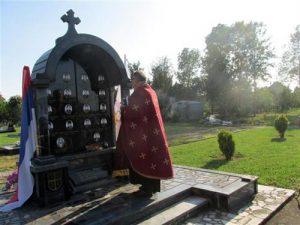 U Crkvi posvećenoj knezu Lazaru u Kruškovom Polju kod Šamca danas je služena zaupokojena liturgija za 14 poginulih boraca Vojske Republike Srpske i tri civilne žrtve proteklog rata iz ovog mjesta, a zatim je pored spomenika poginulim služen parastos