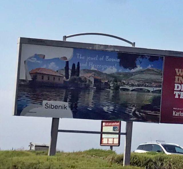 Bilbord Trebinja, koji je Turistička organizacija ovog grada postavila na dionici magistralnog puta ka aerodromu Ćilipi u Dubrovniku, pocijepan je na više mjesta. (FOTO: SRNA)