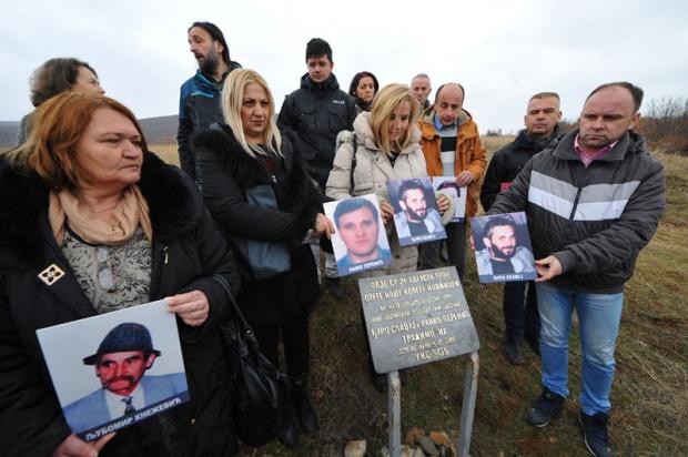 Породице и колеге на месту где се налази спомен-плоча, Фото: Д. Дозет