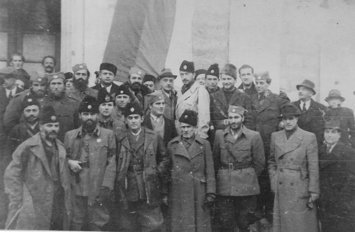 Na Kninskom Kosovu, posle sahrane palih na Gračacu. Donji red, s leva na desno: major Miodrag Palošević, vojvoda Momčilo Đujić, major Petar Baćović…