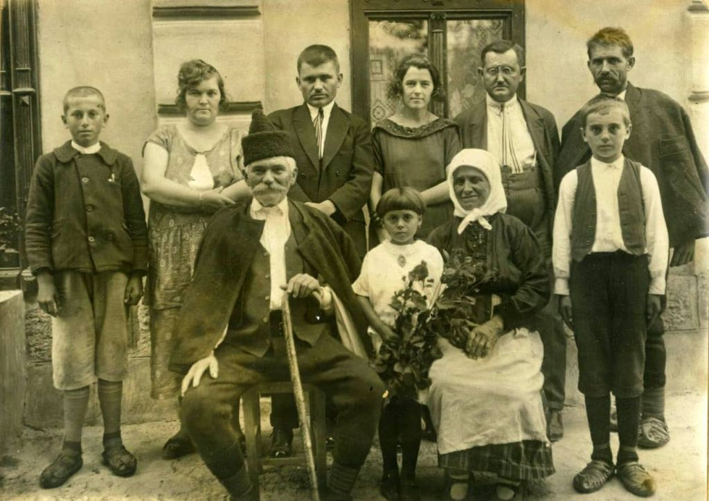 На слици, с почетка 1920-их: први лево стоји Александар Милошевић, тада дечак, сасвим десно је његов отац, Михаило, учесник ратова 1912-1919. Седи, са штапом, домаћин, деда Ђурђе, учесник српско-бугарског рата 1885. Три генерације Шумадинаца-ратника.