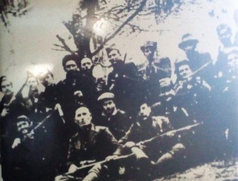 Grupa partizana sa Kozare. U sredini jedan od partizana na glavi nosi šajkaču