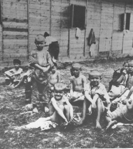 Усташки логор у Сиску - дјеца испред бараке. ФОТО: Znaci.net