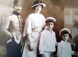 Dušan Dodić, kao major, sa porodicom / Porodična arhiva