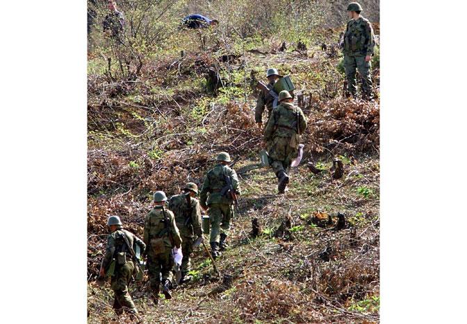 "Vojnici u blizine karaule""Morina"" 8. aprila 1999, dan uoči napada (Foto EPA/Anja Niedringhaus)"