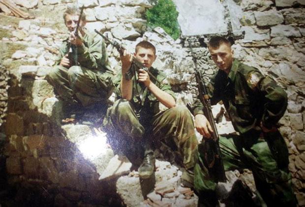 Mladi vojnici na položaju