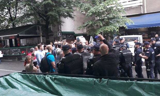 Kordon policije ispred CZKD