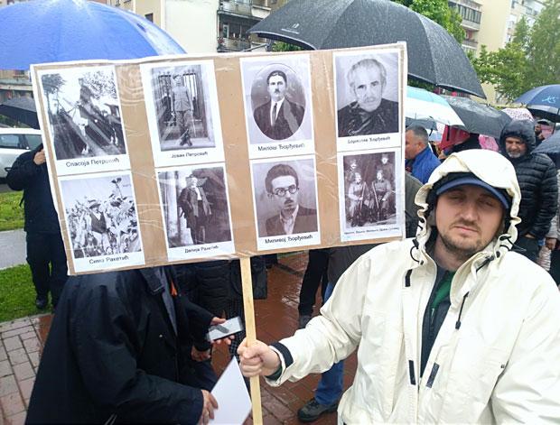 """Dragan Petrović sa fotografijama predaka na maršu """"Besmrtnog puka"""""""