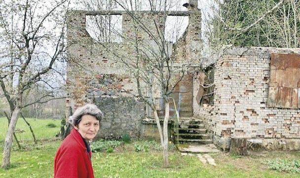 Mileva Potrebić pored svoga doma