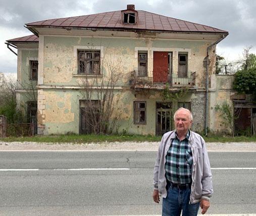 Mirko Zagorac ispred uništene kuće