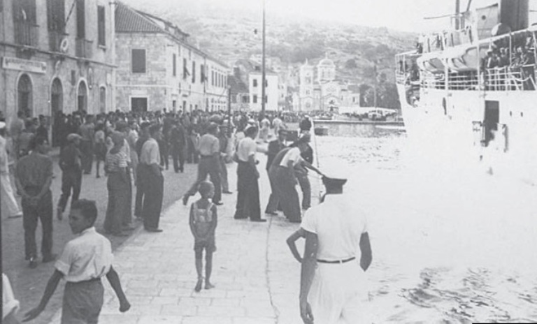 Долазак чешких православаца на острво Вис и протести римокатолика (у позадини се види црква светих Ћирила и Методија)