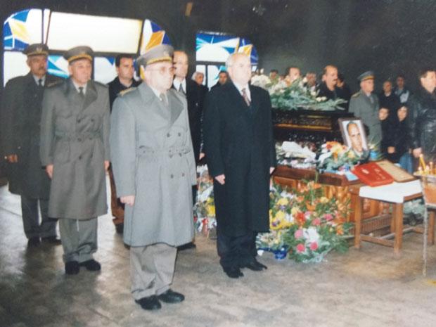 Генерал Лазаревић одаје почаст преминулом официру