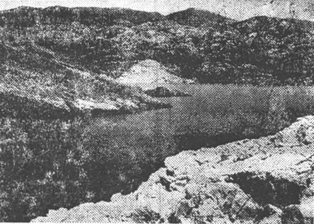 Uvala Baška Slana – pristup Slani sa sjevera – od karlobaške strane. U pozadini se vide obronci Velebita – nešto južnije od Karlobaga.