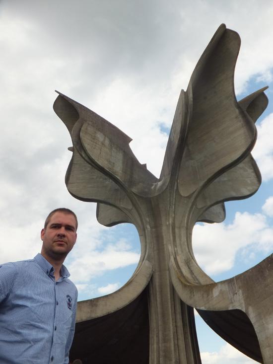 """Bojan Đokić pored """"Kamenog cveta"""" (Foto: Lična arhiva). Sa sajta STANjE STVARI."""