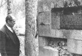 """Preživeli svedok iz Jadovna Branko Cetina, pored oronule spomen- ploče """"Bezdanka"""" u koju su bacali pretežno Jevreje"""