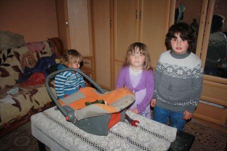 Djevojčice Anđela (5), Bojana (4) i Tamara (2),kćerke Dragane i Dragana Tasića iz sela Močvare.