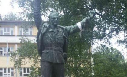Bijela traka na spomeniku Mladenu Stojanoviću