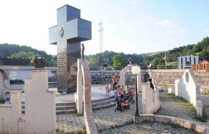 Spomenik stradalim Srbima u Bratuncu