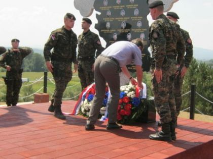 Čepurin polaže vijenac na spomenik poginulim policajcima