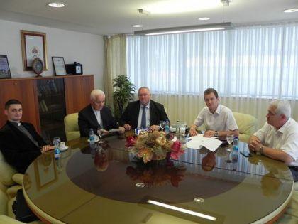 Ministar za izbjeglice i raseljena lica Republike Srpske Davor Čordaš potpisao je sa biskupom banjalučkim Franjom Komaricom ugovor o partnerstvu i saradnji
