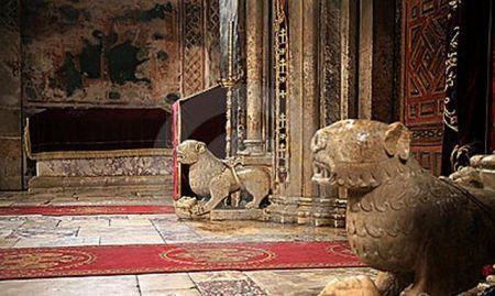 Podni lavovi u manastiru Dečani