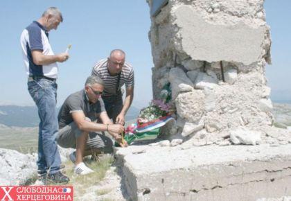 2012.god. Delegacija Boračke organizacije Nevesinje pale svijeće kod spomenika, (s lijeva na desno) Zoran Lojpur, Milan Šiljegović i Vojin Gušić
